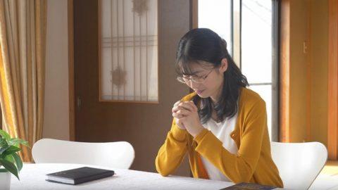 un cristiano sta pregando a Dio