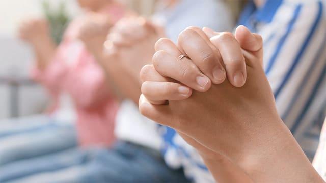 Cristiani pregano insieme a Dio