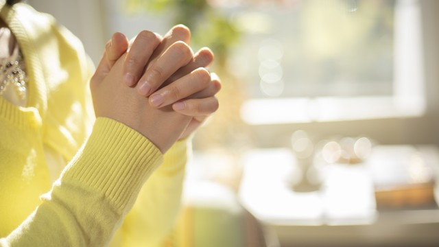 Pregare Dio per risolvere i conflitti tra colleghi