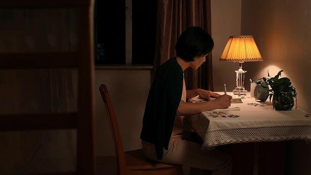 la sera, una cristiana scrive una lettera
