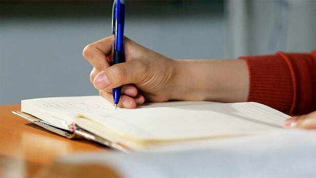 una crsitiana sta scrivando una lettera
