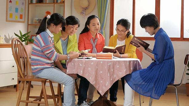 Sono molto felice di leggere la parola di Dio con le mie sorelle.