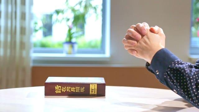un cristiano pregare Dio per superare il tradimento della moglie