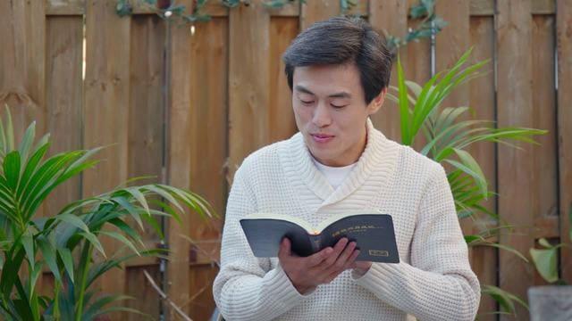 un cristiano sta leggendo la parola di Dio