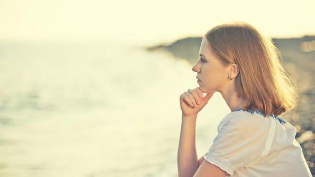 una cristiana sta meditando che cosa e la vera devozione spirituale