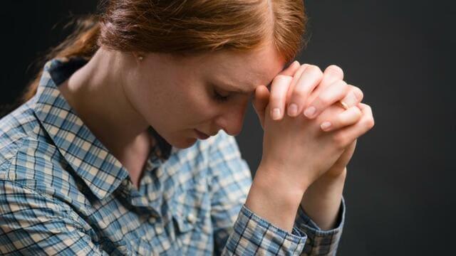 una cristiana sta pregando Dio per ringraziare Dio